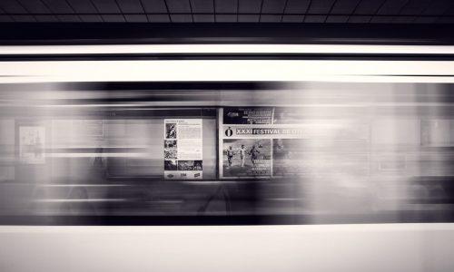 """Werbung und Marketing zeichnen sich durch ihre Schnelllebigkeit aus: Was heute noch als schick und en vogue gilt, mag morgen schon """"out"""" sein. Anders PR: Das Unternehmen als Marke soll auch übermorgen noch strahlen. Quelle: pexels.com"""
